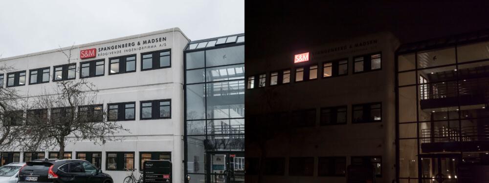 Spangenberg & Madsen, Albertslund – lakeret alukassette med lys gennem udfræste akrylbogstaver i front.